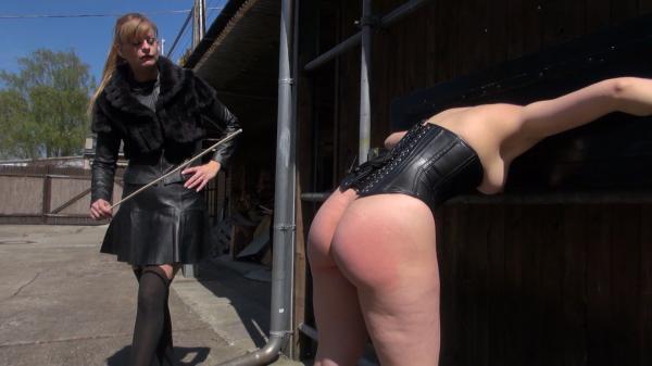 Lady Grace peitscht eine Sklavin aus