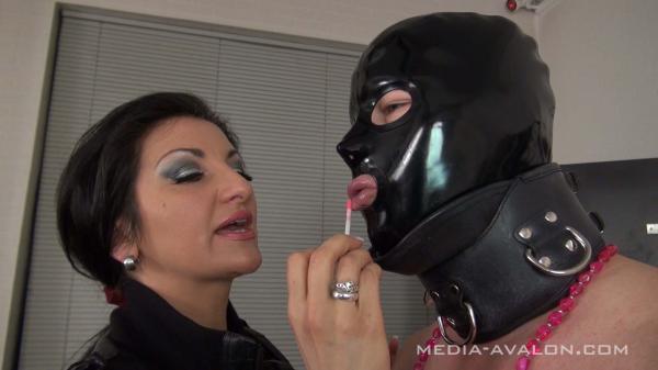 Erniedrigung des Sklaven, latexmaske und Lippenstift