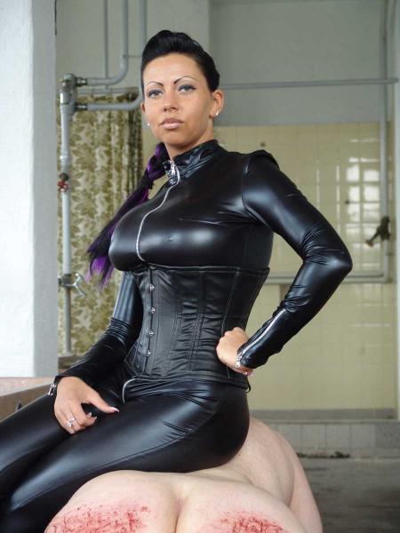 Lady Kate im schwarzen Ledercatsuit